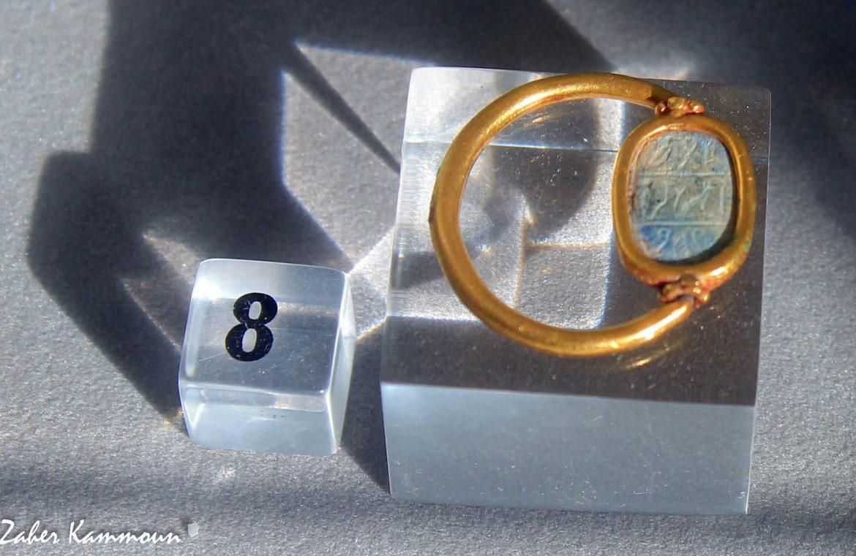 Bague en or dont le chaton est un scaraboide en laips lazuli, 7 ème siècle avant J.C. Musée de Carthage