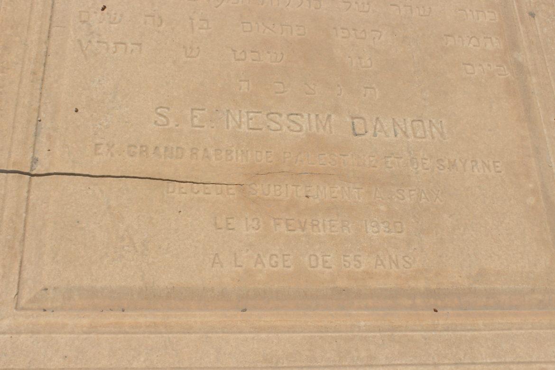 L'épitaphe de la tombe de Rabbi Nissim Danon au cimetière de Sfax